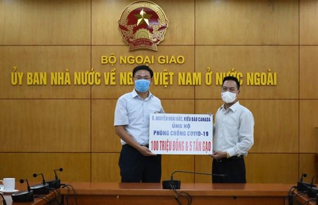 Lễ tiếp nhận số tiền và hiện vật ủng hộ người dân một số địa phương phòng chống dịch COVID-19 do ông Nguyễn Hoài Bắc, kiều bào Canada, trao tặng (Nguồn: nld.com.vn)
